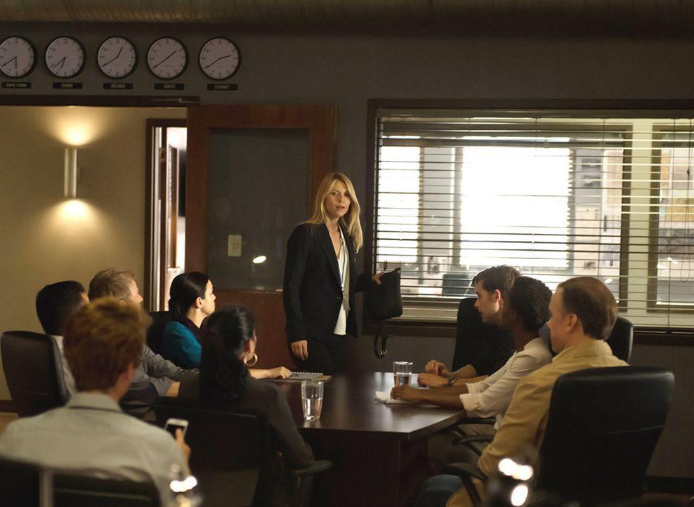 Kann Carrie (Claire Danes, stehend) ihrem Team in Islamabad trauen? Da sie sich nicht sicher ist, holt sie sich Hilfe von Fara und Max ... - Bildquelle: 2014 Twentieth Century Fox Film Corporation