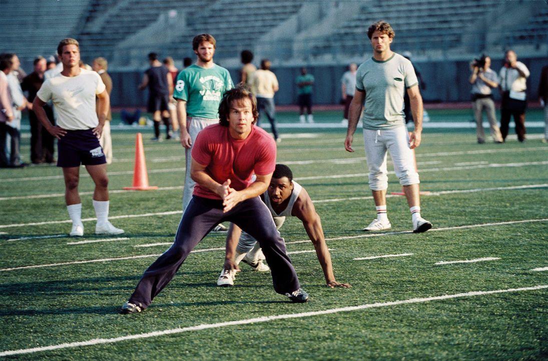 """Nimmt an einem öffentlichen Probetraining der """"Philadelphia Eagles"""" teil und wird dadurch zum ungewöhnlichsten NFL-Newcomer aller Zeiten: Vince Papa... - Bildquelle: Ron Phillips Disney Enterprises, Inc.  All rights reserved"""