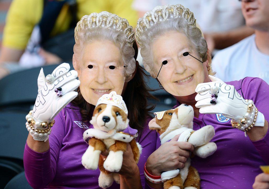 Englische Fußballfans im Queenoutfit - Bildquelle: AFP
