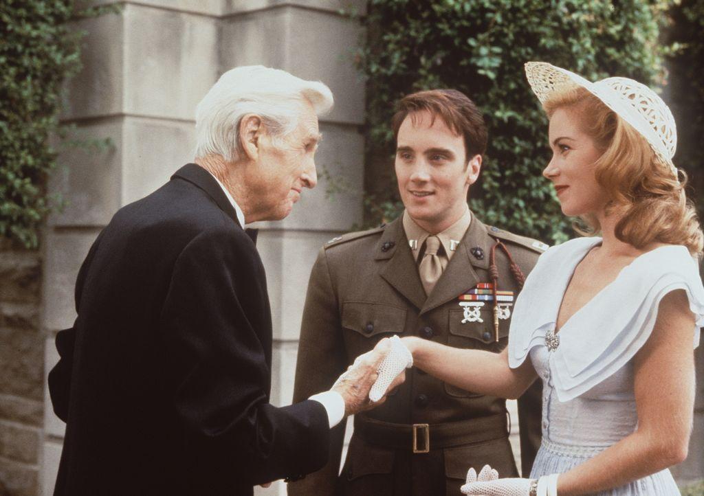 Der ergraute Vincenzo (Lloyd Bridges, l.) begrüßt seinen Sohn Anthony (Jay Mohr, M.), der zu einem Kriegshelden aufgestiegen ist, und dessen Freundi...