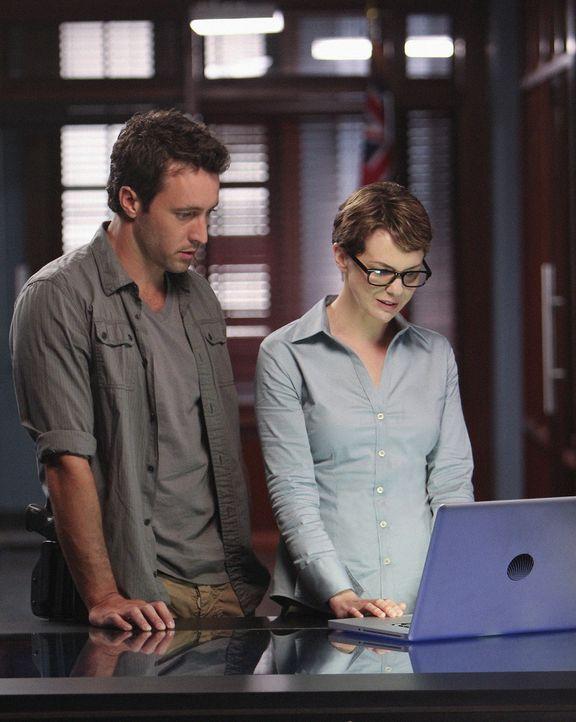 Steve (Alex O'Loughlin, l.) erhält unerwarteten Besuch von der CIA-Agentin Jenna Kaye (Larisa Oleynik, r.), die sein Interesse teilt, Wo Fat dingfes... - Bildquelle: 2011 CBS BROADCASTING INC.  All Rights Reserved.