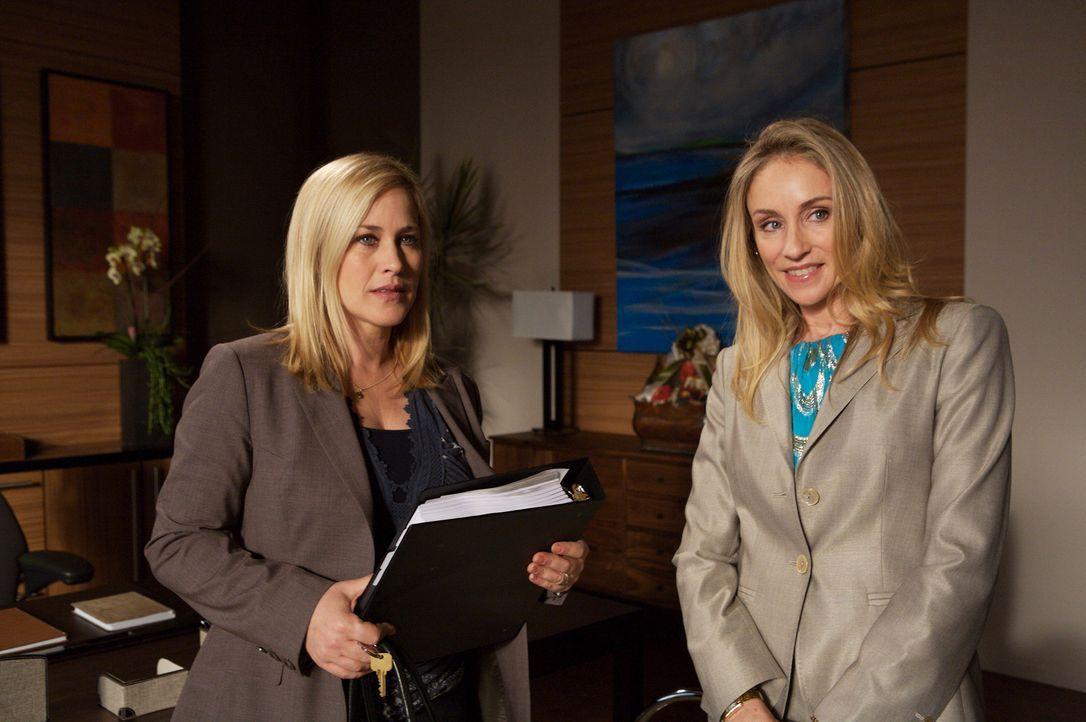 Von ihrem neuen Arbeitsplatz ist Allison (Patricia Arquette, l.) sehr begeistert. Caitlyn Lynch (Tracy Pollan, r.) zeigt ihr die Räumlichkeiten und... - Bildquelle: Paramount Network Television