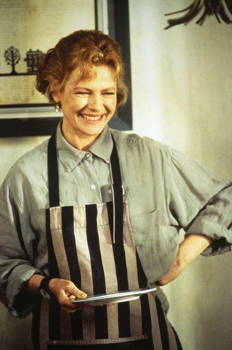 Mrs. Robberson (Dianne Wiest) ist eine leidenschaftliche, aber leider auch grauenhafte Köchin ... - Bildquelle: Sony Pictures Television International. All Rights Reserved.