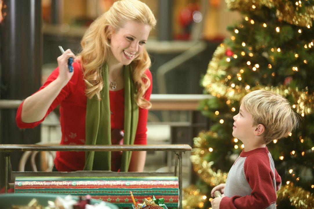 Kurz vor Weihnachten quält nicht nur Dennis' (Maxwell Perry Cotton, r.) Mutter (Kim Schraner, l.) die Frage, was soll ich wem schenken. Auch Klein-... - Bildquelle: Warner Bros.