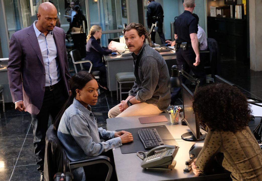 Murtaugh (Damon Wayans, l.) und Riggs (Clayne Crawford, 3.v.l.) ermitteln in einem Fall, bei dem Detective Baileys (Michelle Mitchenor, 2.v.l.) Schw... - Bildquelle: Warner Brothers