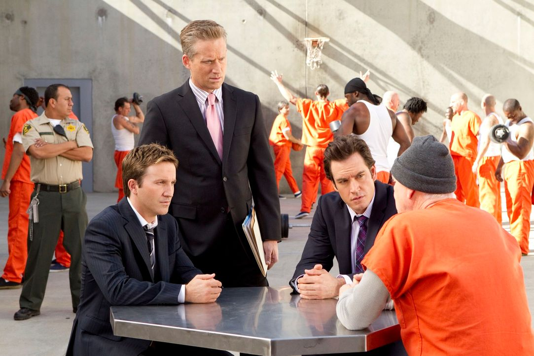 Konzentriert hören sich Franklin (Breckin Meyer, l.), Karp (Reed Diamond, 2.v.l.) und Bash (Mark-Paul Gosselaar, 2.v.r.) Infelds (Malcolm McDowell,... - Bildquelle: 2011 Sony Pictures Television Inc. All Rights Reserved.