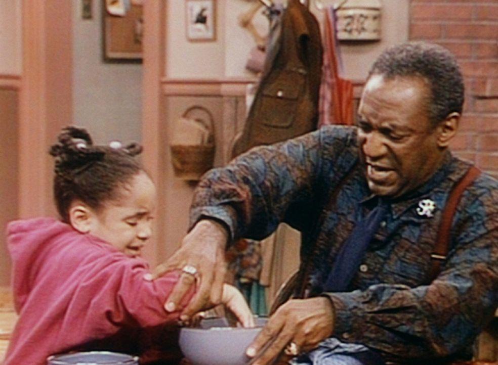 Cliff (Bill Cosby, r.) versucht Olivia (Raven Symone, l.) davon zu überzeugen, dass ihr selbstkreiertes Getränk der Gesundheit nicht gut tut. - Bildquelle: Viacom