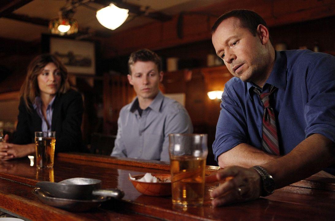 Während einer Party sterben drei Jugendliche nach dem sie Drogen genommen haben. Jackie (Jennifer Esposito, l.), Jamie (Will Estes, M.) und Danny (D... - Bildquelle: 2010 CBS Broadcasting Inc. All Rights Reserved