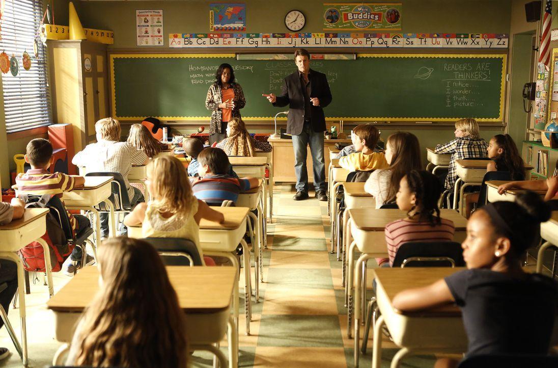 Ermittelt an einer Grundschule und braucht dafür die Unterstützung der Lehrerin Mrs. Ruiz (Michael Hyatt, stehend l.): Richard Castle (Nathan Fillio... - Bildquelle: Nicole Wilder ABC Studios