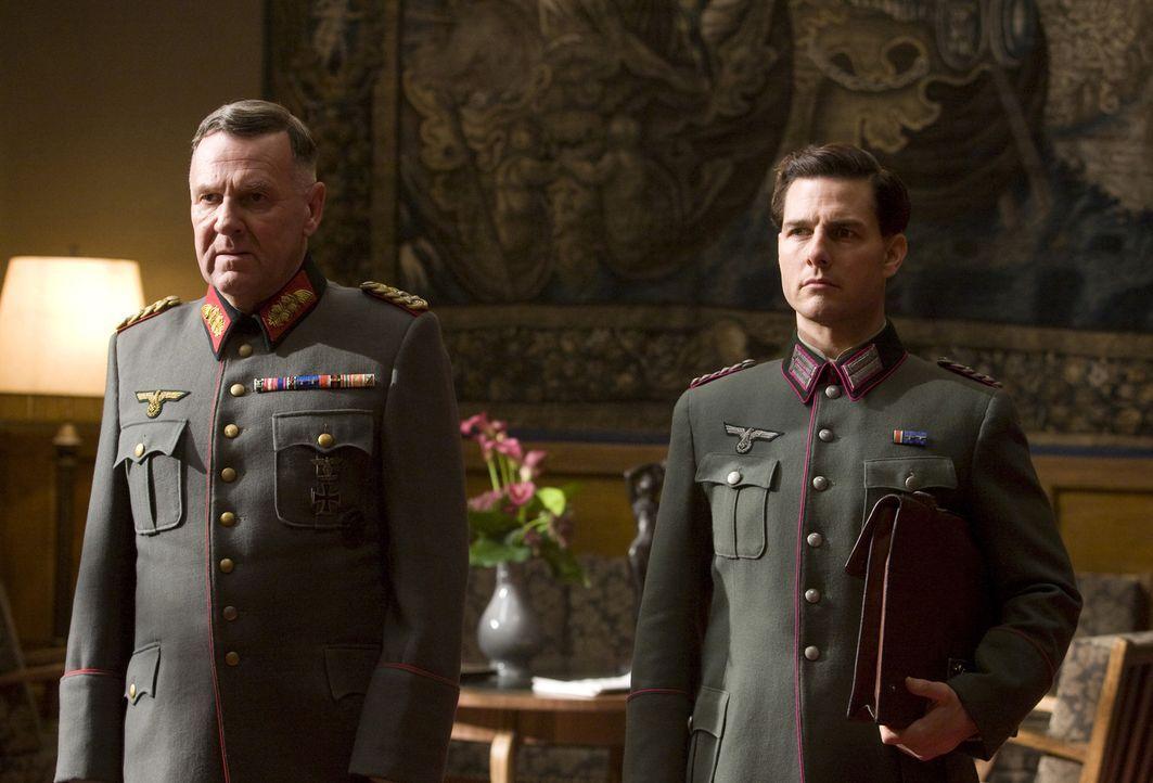 Noch ahnt Oberst Claus Graf Schenk von Stauffenberg (Tom Cruise, r.) nicht, dass General Friedrich Fromm (Tom Wilkinson, l.) sein Fähnchen immer nac... - Bildquelle: Frank Connor 2008 Metro-Goldwyn-Mayer Studios Inc.