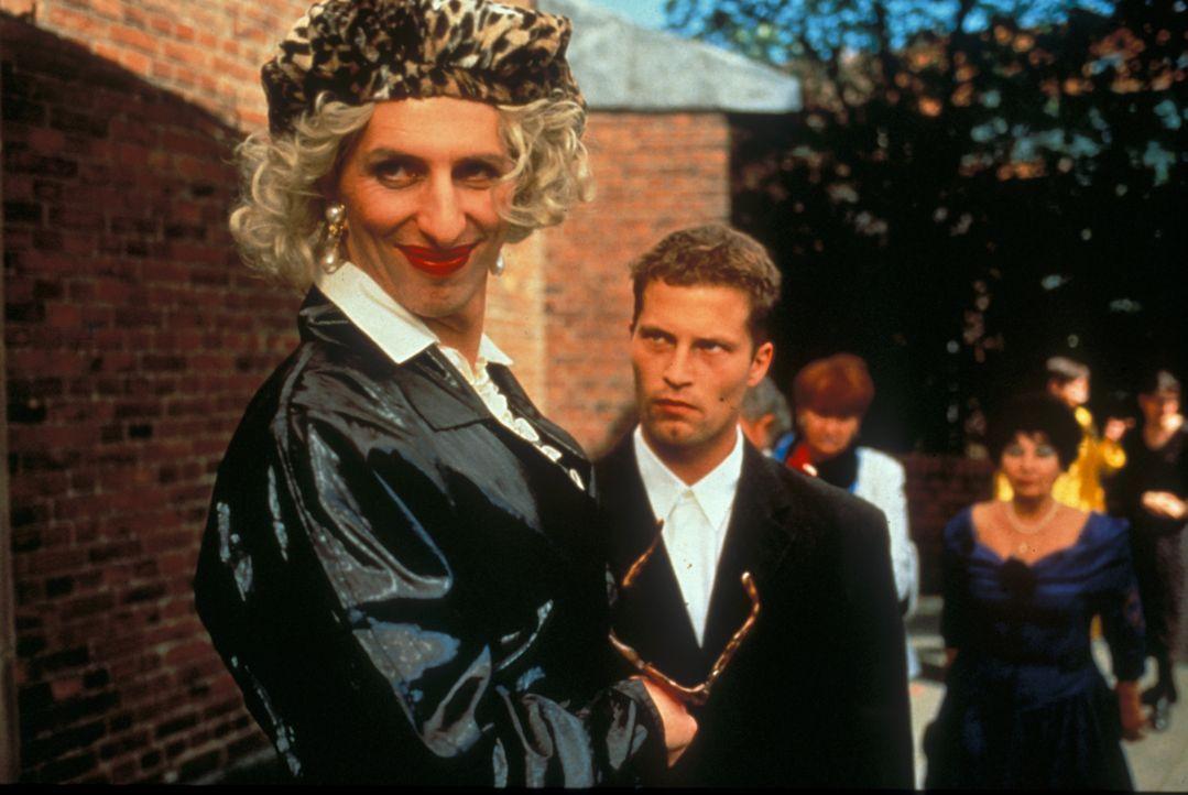 Axel (Til Schweiger, r.) ist wenig erfreut, als sein schwuler Freund Walter (Rufus Beck, l.) bei seiner Hochzeit auftaucht ... - Bildquelle: Constantin Film