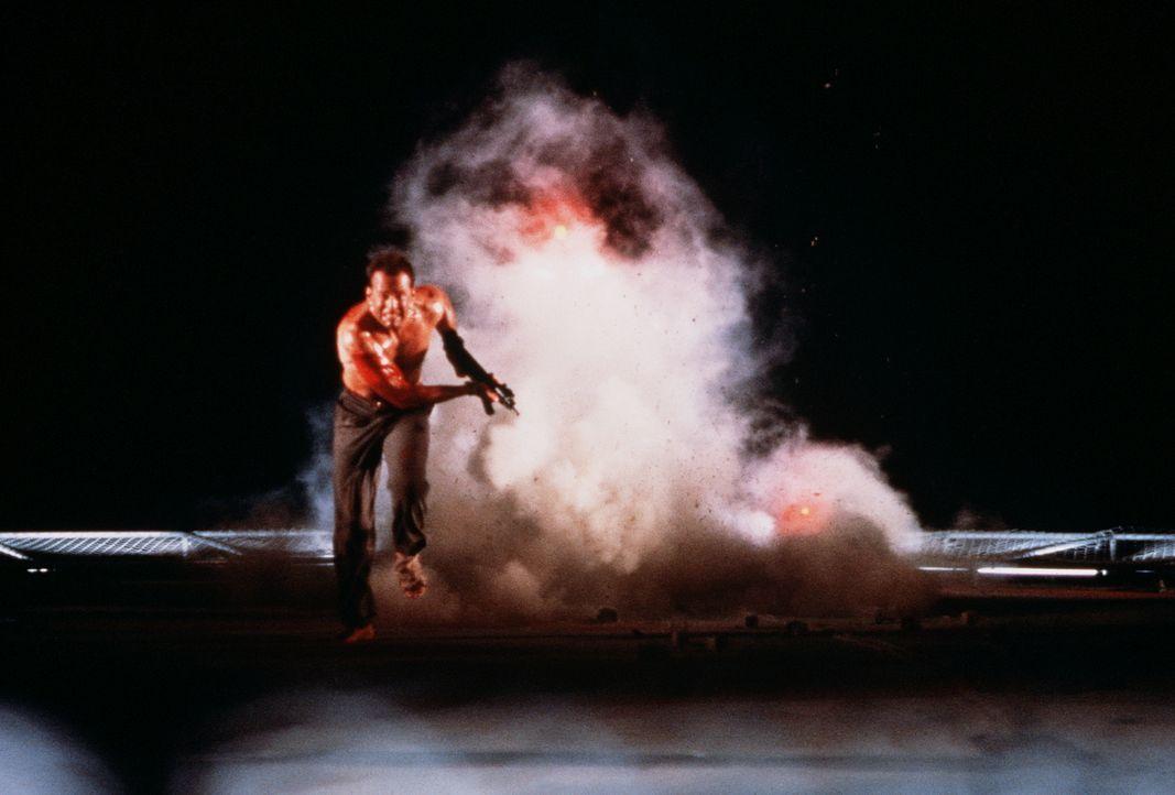John McClane (Bruce Willis) macht eine schreckliche Entdeckung: Das Dach des Takagi-Towers ist mit schrecklich viel Dynamit vermint ... - Bildquelle: 20th Century Fox