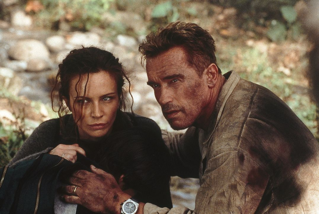 Als Gordon (Arnold Schwarzenegger, r.) und Selena (Francesca Neri, l.) erkennen, dass die Terroristen Washington dem Erdboden gleich machen wollen,... - Bildquelle: Warner Bros.