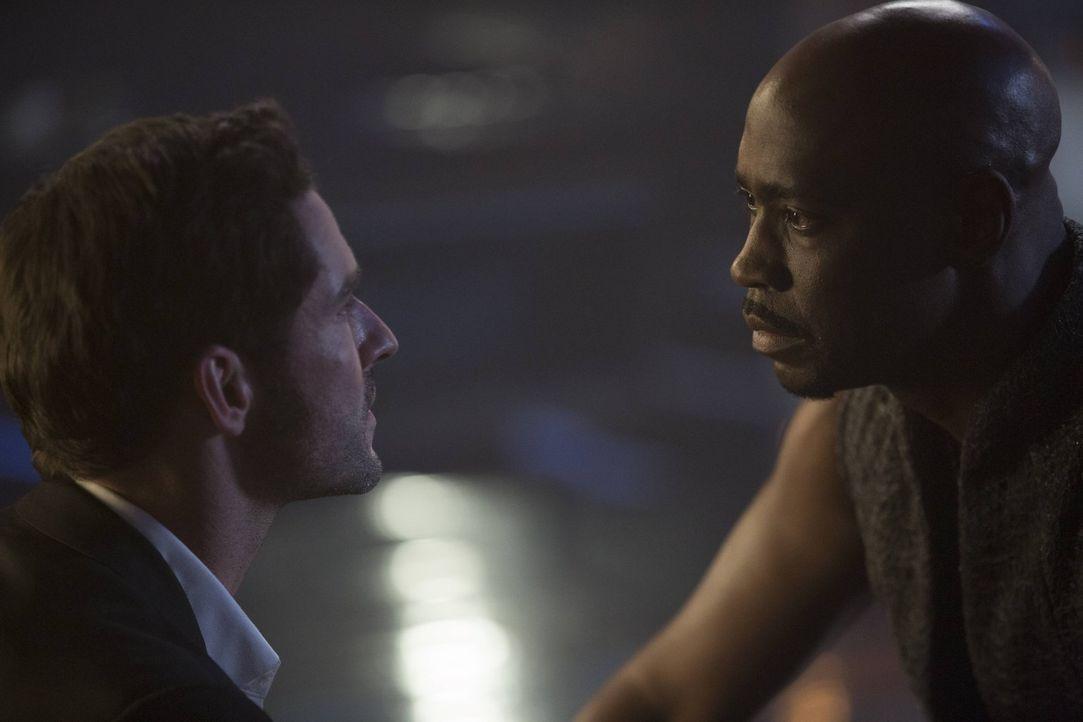 Amenadiel (D.B. Woodside, r.) stattet Lucifer (Tom Ellis, l.) einen Besuch ab, um ihm klar zu machen, dass sein Ausflug in die Menschenwelt bald ein... - Bildquelle: 2016 Warner Brothers