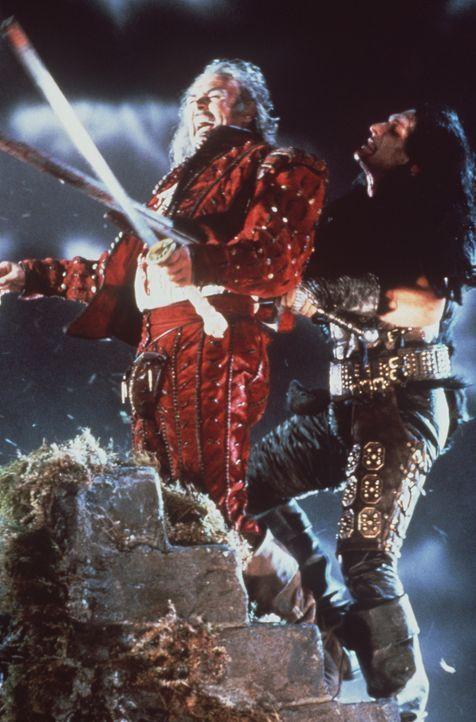 Es gelingt dem barbarischen Kurgan (Clancy Brown, r.), Ramirez (Sean Connery, l.) zu töten. Doch der Mörder ahnt nicht, dass es Connor gibt ... - Bildquelle: 20th Century Fox Film Corporation