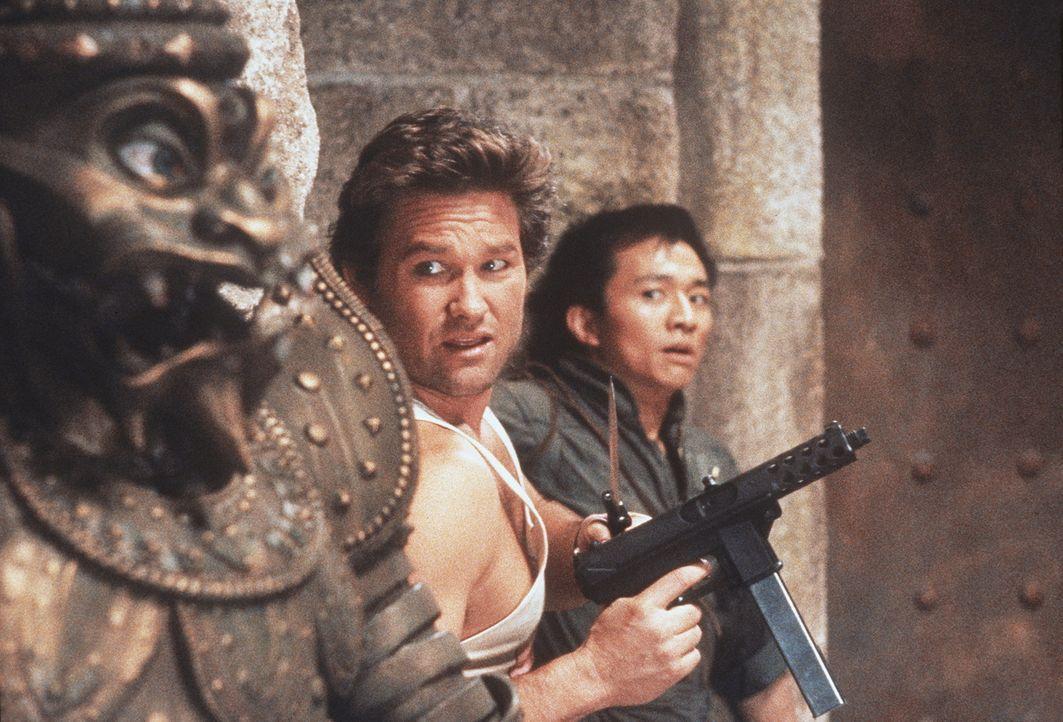 Im Kampf für das Gute und gegen das Böse: Jack (Kurt Russell, l.) und sein Freund Wang (Dennis Dun, r.) ... - Bildquelle: 20th Century Fox