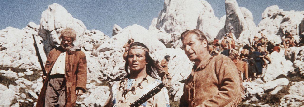 Als eine Bande von Desperados immer wieder für Unruhen im Land sorgt, werden Winnetou (Pierre Brice, M.) und Old Shatterhand (Lex Barker, r.) zur H... - Bildquelle: Columbia Pictures