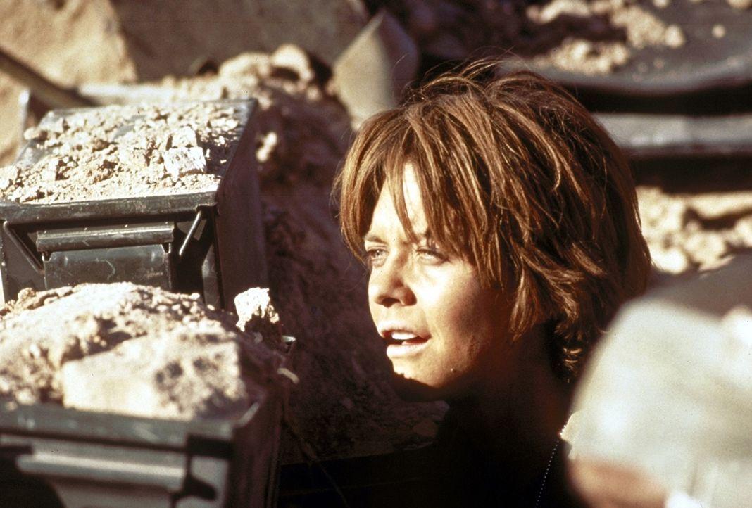 Die Helikopterpilotin Karen Walden (Meg Ryan) beobachtet die anrückenden Iraker ... - Bildquelle: Twentieth Century-Fox Film Corporation