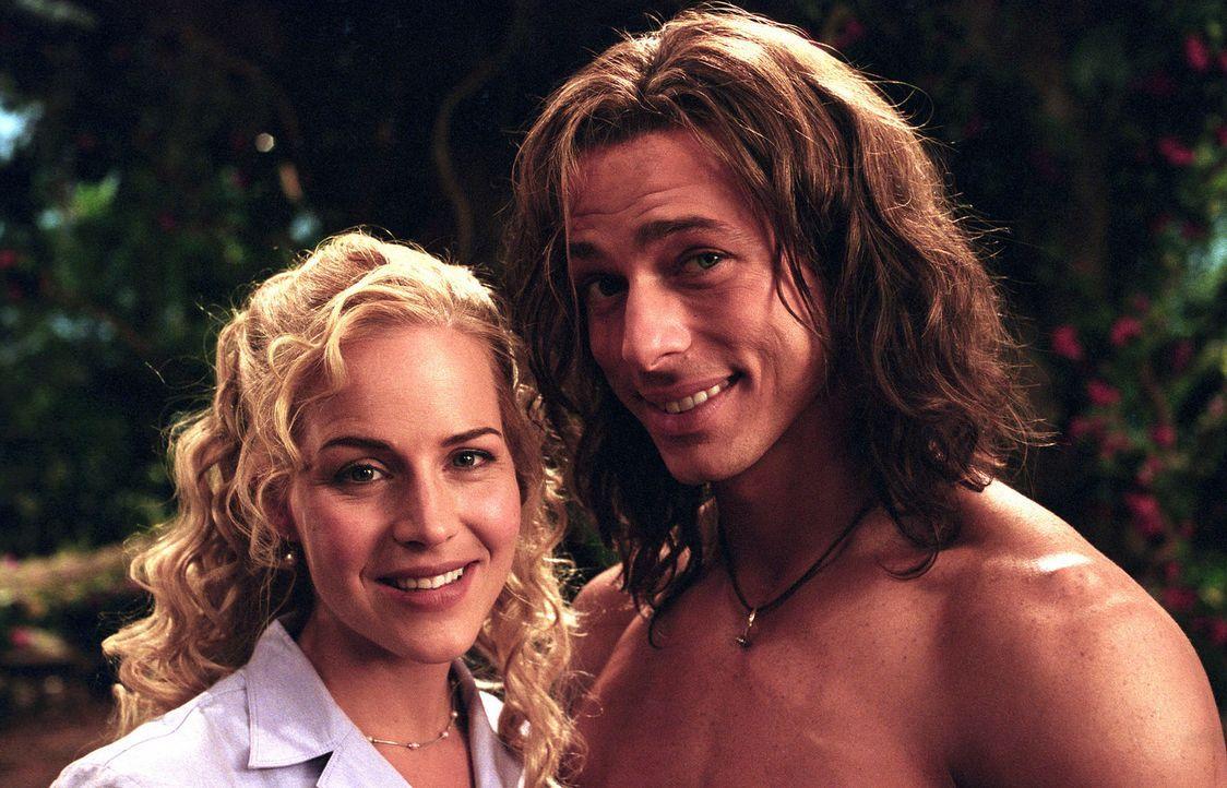 George (Christopher Showerman, r.), der Tarzan der Neuzeit, führt zusammen mit seiner geliebten Ursula (Julie Benz, l.) ein geruhsames Leben in den... - Bildquelle: Walt Disney Pictures