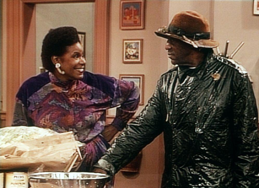 Auch wenn jetzt noch Zutaten für das Festessen fehlen, lässt sich Cliff (Bill Cosby, r.) nicht mehr in den Regen hinausschicken, auch nicht von Pa... - Bildquelle: Viacom