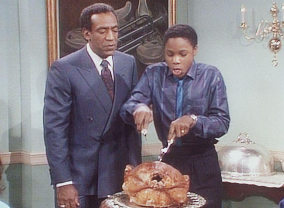 Cliff (Bill Cosby, l.) gibt nach alter Tradition die ehrenvolle Aufgabe, den Thanksgiving-Truthahn zu tranchieren, an seinen Sohn Theo (Malcolm-Jama... - Bildquelle: Viacom