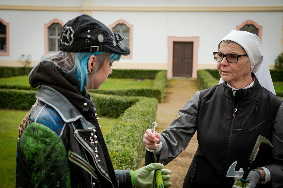 Sarah, l.; Schwester Maria, r. - Bildquelle: Claudius Pflug Kabel Eins / Claudius Pflug