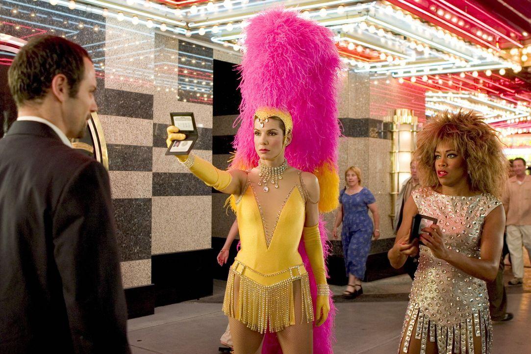 FBI-Agentin Gracie Hart (Sandra Bullock, l.) und Sam Fuller (Regina King, r.) in einer etwas anderen Uniform auf Gangsterjagd ... - Bildquelle: Warner Bros. Television