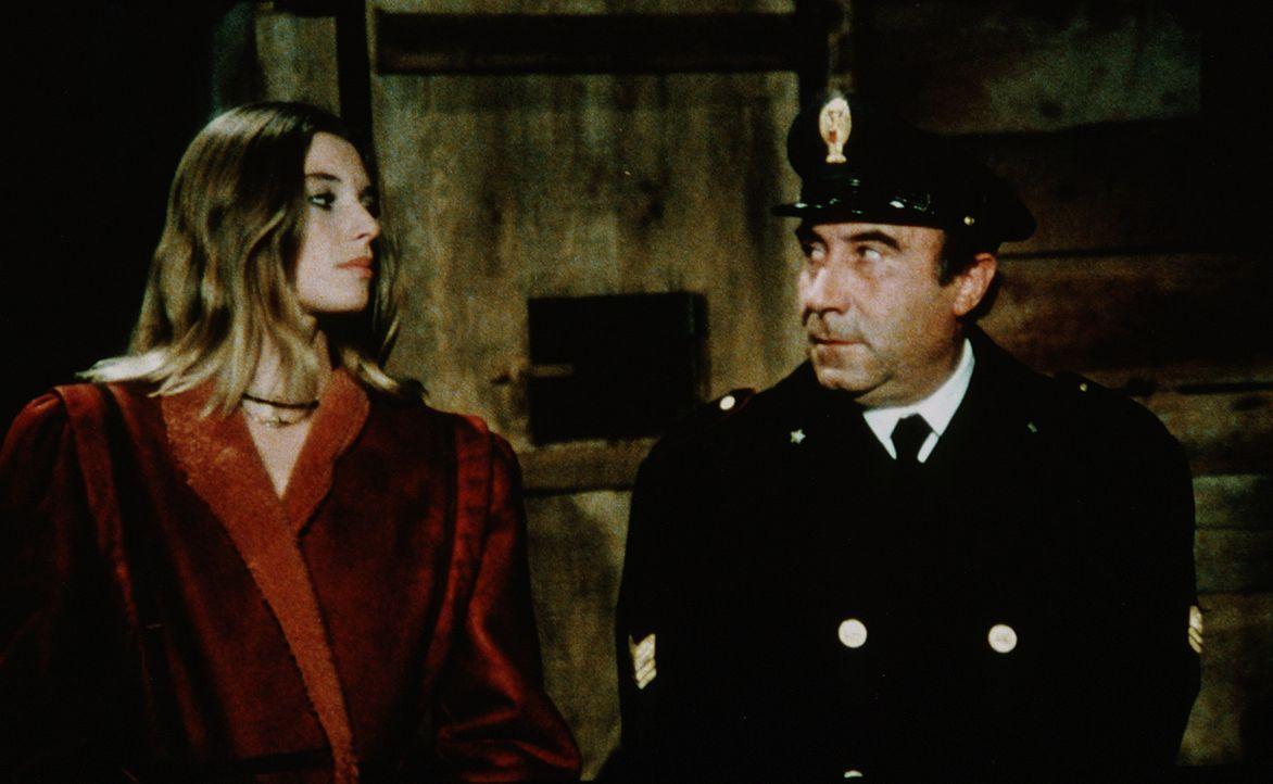 Die entführte Millionenerbin Connie (Cinzia Monreale, l.) zweifelt nicht zu Unrecht an den Fähigkeiten des schusseligen Neapel-Cops Caputo (Enzo C...