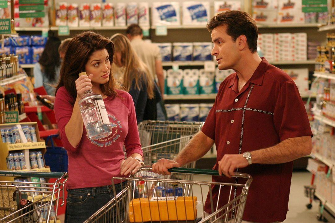 Da Charlie (Charlie Sheen, r.) pleite ist, muss er etwas sparen. Doch das fällt ihm gar nicht so leicht ... - Bildquelle: Warner Brothers Entertainment Inc.