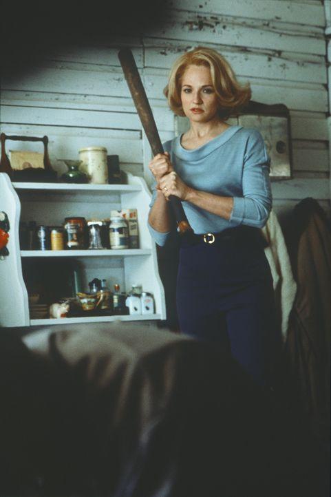 Caroline (Ellen Barkin) ist es leid, immer wieder von ihrem herrischen Mann verprügelt zu werden und geht in die Offensive ... - Bildquelle: Warner Bros.