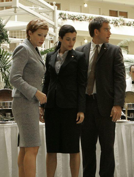 Stehen vor einem Rätsel: Jenny Shepard (Lauren Holly, l.), Ziva (Cote de Pablo, M.) und Tony (Michael Weatherly, r.) ... - Bildquelle: CBS Television