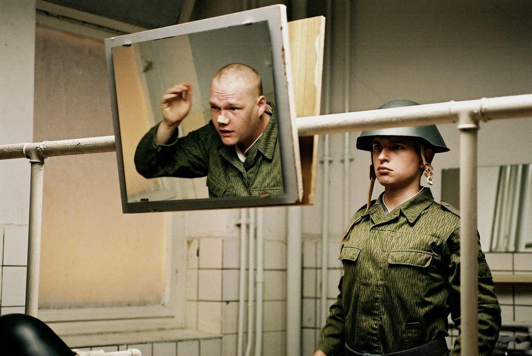 Befehl: Ausdruckslos gucken!: Krüger (Oliver Bröcker, l.) und Henrik Heidler (Kim Frank, r.) ... - Bildquelle: Delphi