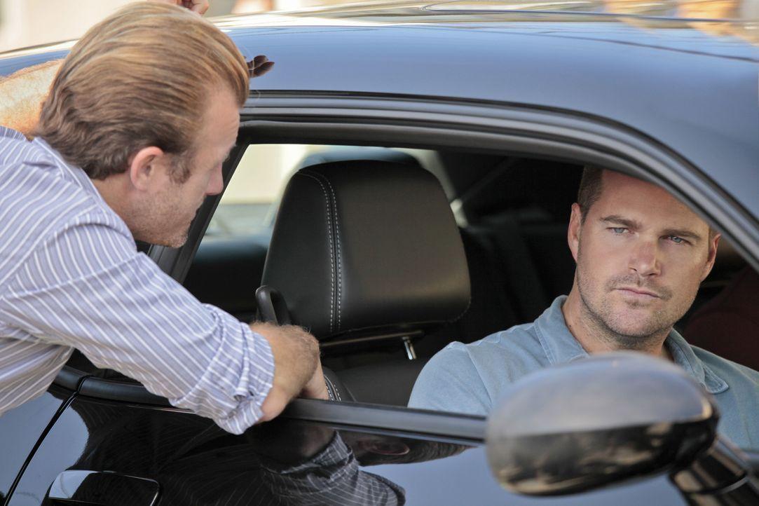 Noch tappen sie im Dunkeln: Callen (Chris O'Donnell, r.) und Danny (Scott Caan, l.) ... - Bildquelle: CBS Studios Inc. All Rights Reserved.