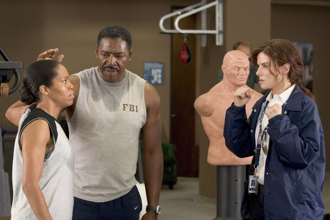 Das FBI will den größten PR-Coup in seiner Geschichte optimal nutzen und schiebt sein neues Aushängeschild Gracie Hart (Sandra Bullock, r.) stän... - Bildquelle: Warner Bros. Television
