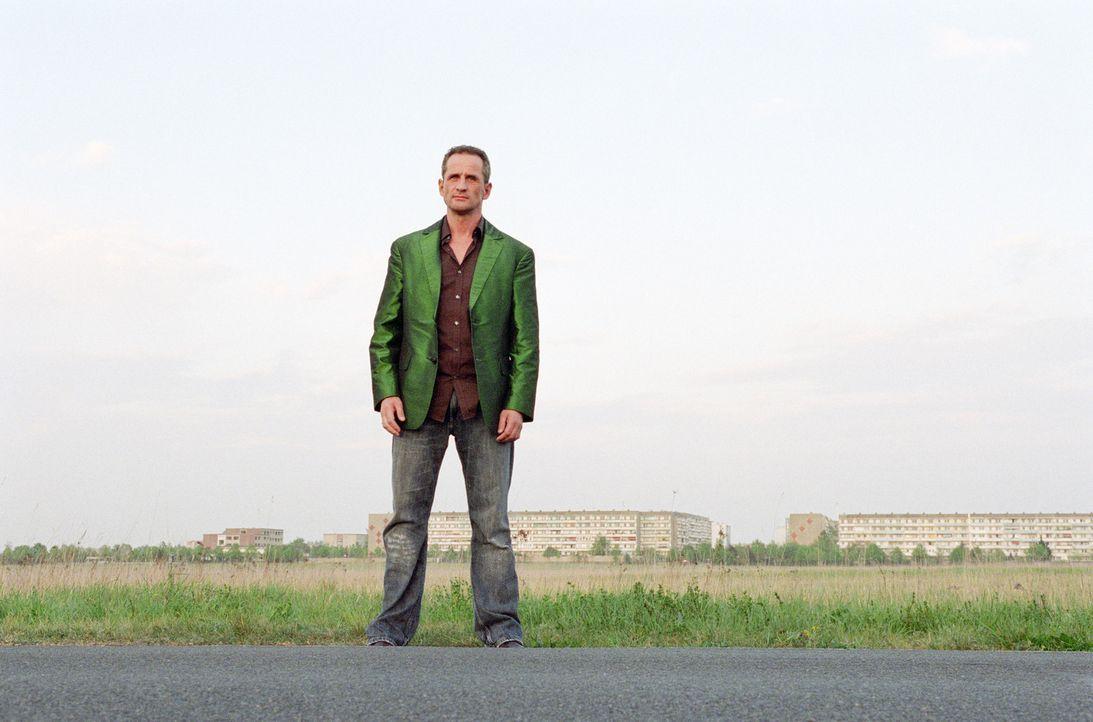 Ossi Schneider (Tim Wilde) ist endlich wieder auf freiem Fuß und mit einem halben schon wieder im Knast. Denn kaum hat er seine Habseligkeiten wiede... - Bildquelle: Universum Film (UFA)