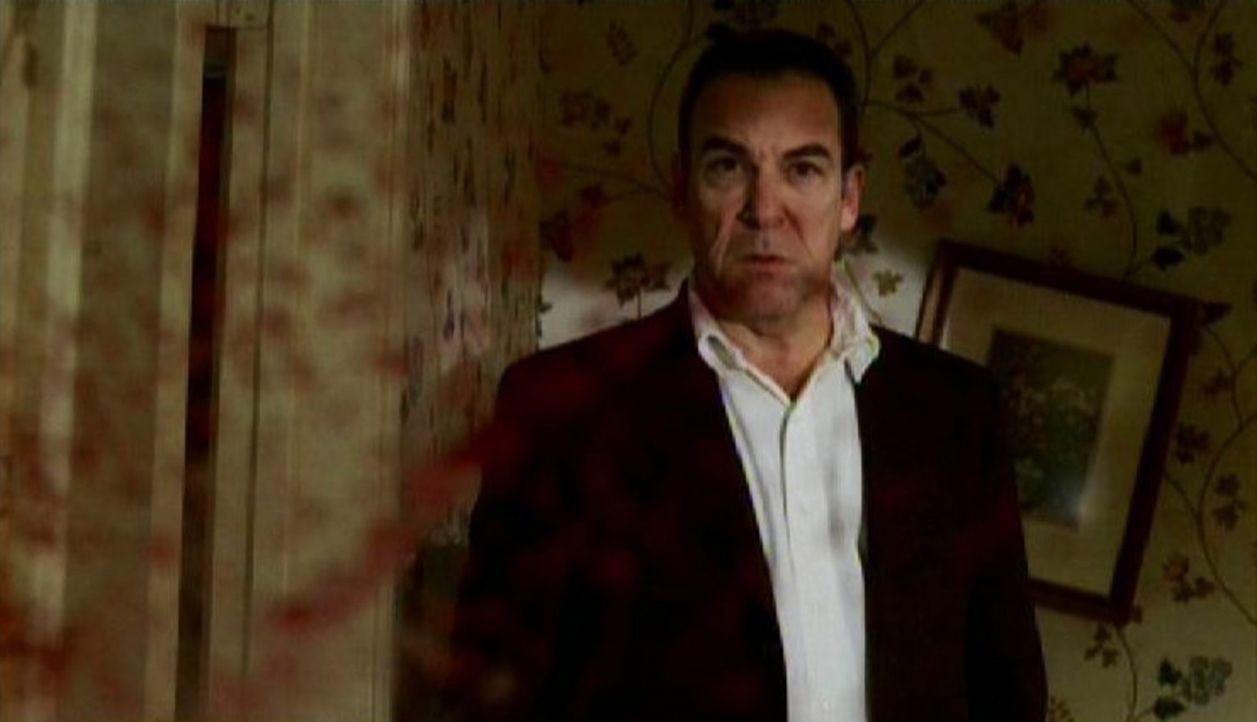 Erschüttert betrachtet Special Agent Jason Gideon (Mandy Patinkin) den blutverschmierten Tatort ... - Bildquelle: Touchstone Television