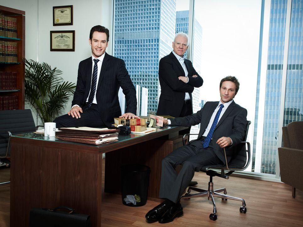 (1. Staffel) - Seniorchef Stanton Infeld (Malcolm McDowell, M.) heuert die beiden jungen und unkonventionellen Anwälte Peter Bash (Mark-Paul Gossela... - Bildquelle: 2011 Sony Pictures Television Inc. All Rights Reserved.