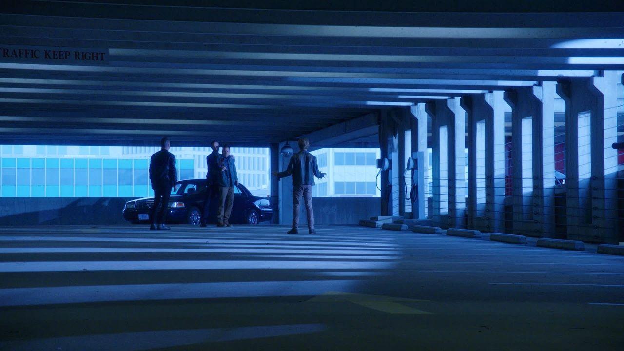 Showdown im Parkhaus: MacGyver (Lucas Till, r.) und Jack (George Eads, l.) helfen einem FBI-Agenten, dem ein Vorgesetzter einen Mord anlasten will.... - Bildquelle: 2016 CBS. All Rights Reserved.