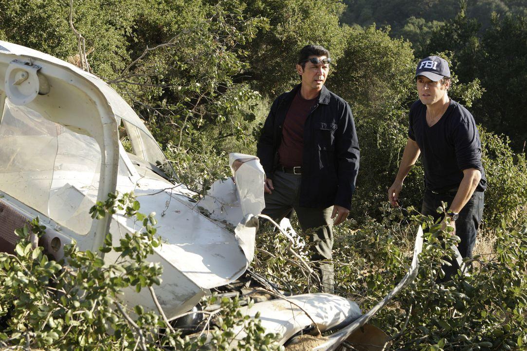 Während der Ermittlungen stoßen Don Eppes (Rob Morrow, r.) und Ian Edgerton (Lou Diamond Phillips, l.) auf etliche dubiose Ergebnisse, was die Auf... - Bildquelle: Paramount Network Television