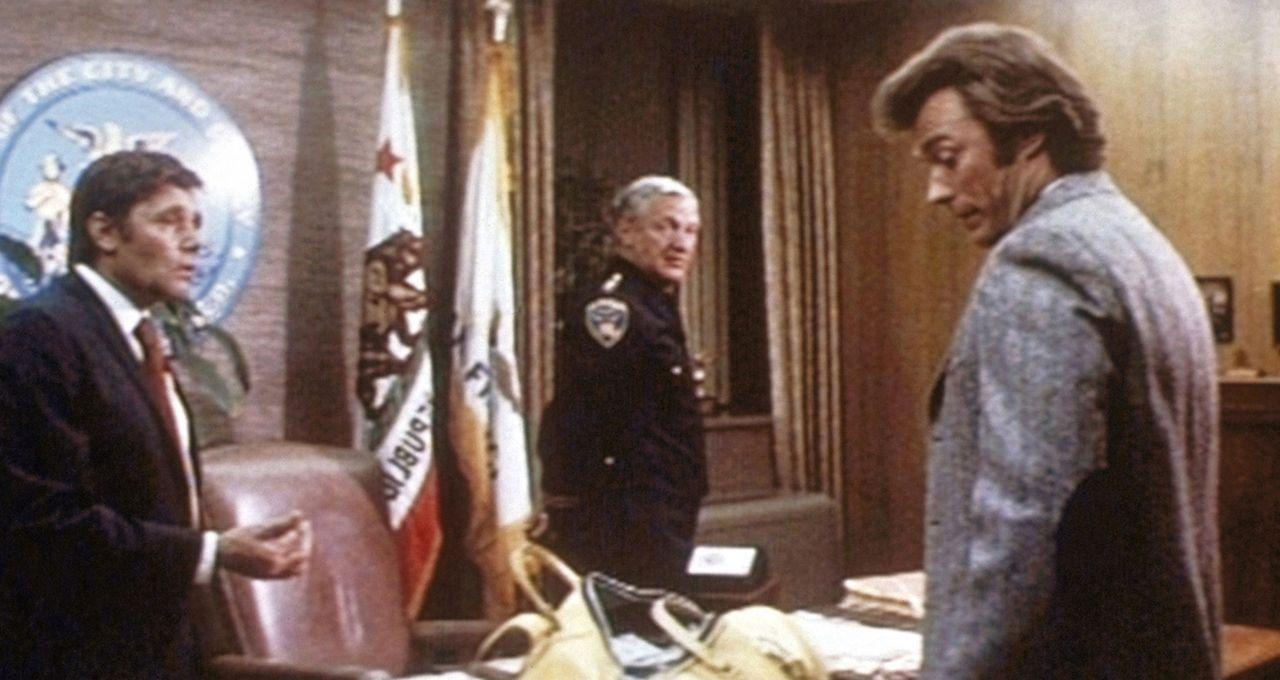 'Dirty Harry' (Clint Eastwood, r.) kann es seinen Vorgesetzten nur schwer recht machen ... - Bildquelle: Warner Bros.