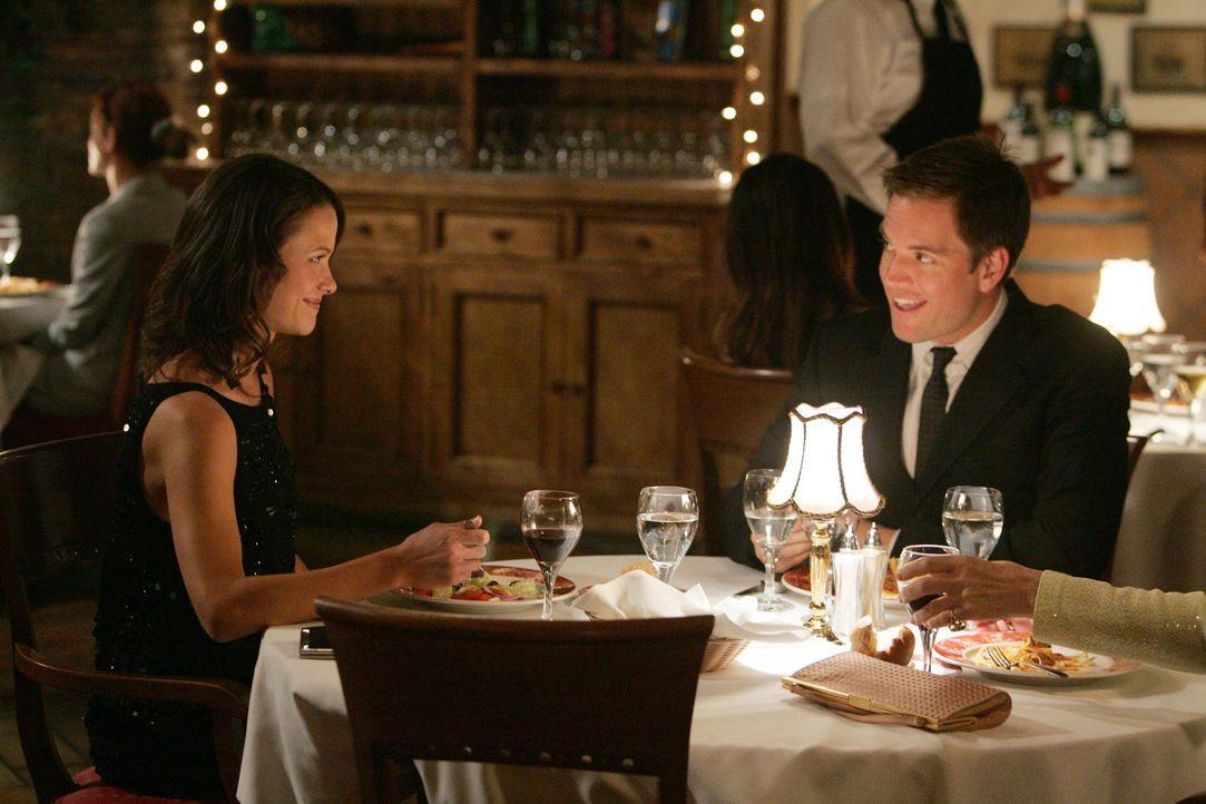 Während Shepard bei einem Treffen einen Informanten verliert, trifft sich Tony DiNozzo (Michael Weatherly, r.) mit Jeanne (Scottie Thompson, l.) und... - Bildquelle: CBS Television