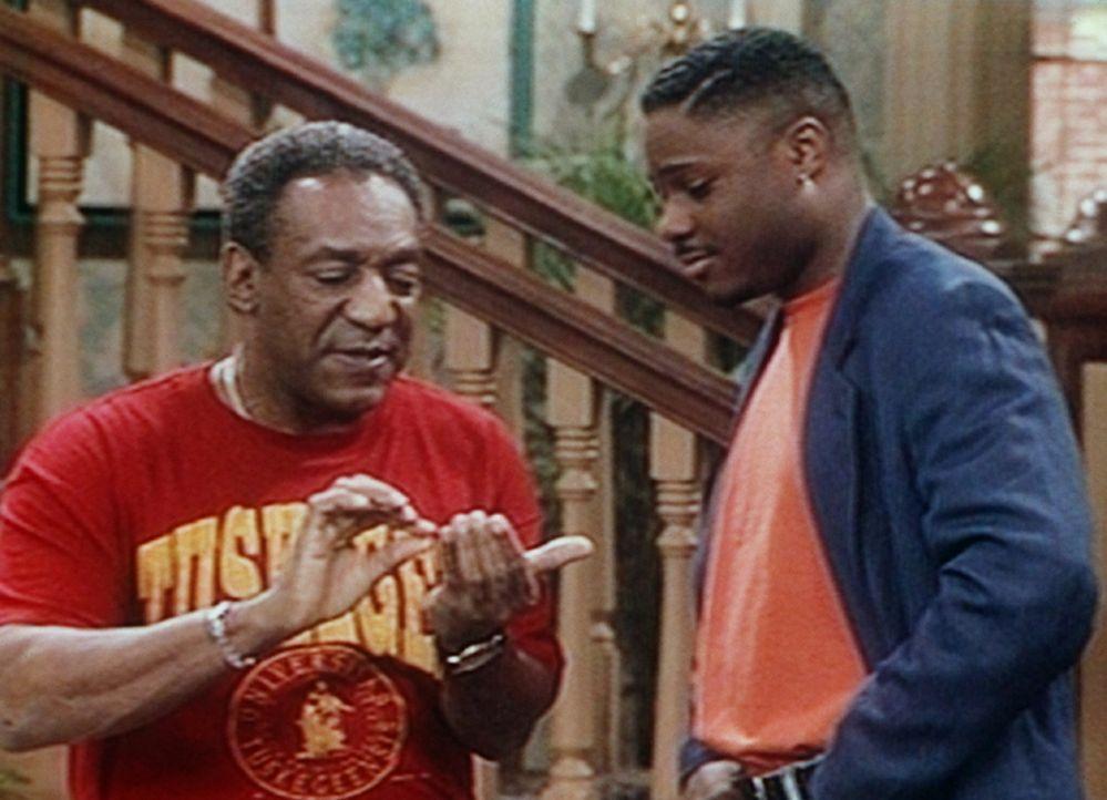 Am Tag von Theos (Malcolm-Jamal Warner, r.) Universitätsabschlussfeier will Cliff (Bill Cosby, l.) viel mehr Leute einladen, als Eintrittskarten vo... - Bildquelle: Viacom