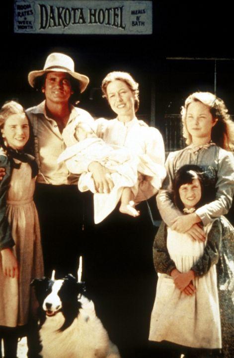 Die glückliche Familie Ingalls (v.l.n.r.): Laura (Melissa Gilbert), Vater Charles (Michael Landon), Baby Grace (Brenda Turnbaugh), Mutter Caroline... - Bildquelle: Worldvision