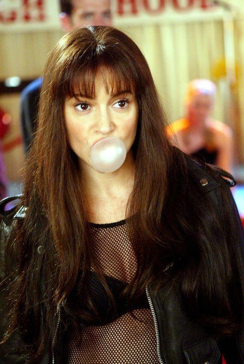 Durch einen Zauberspruch verwandelt sich Phoebe (Alyssa Milano) in die Phoebe ihrer Schulzeit ... - Bildquelle: Paramount Pictures.