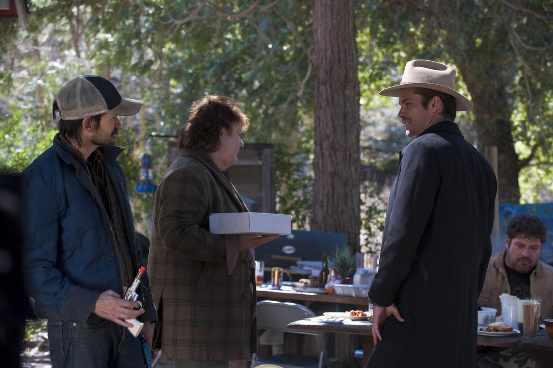 Hat die Familie von Mags Bennett (Margo Martindale, M.) Dreck am Stecken? Raylan Givens (Timothy Olyphant, r.) ist fest davon überzeugt, dass Dicki... - Bildquelle: 2011 Sony Pictures Television Inc. and Bluebush Productions, LLC. All Rights Reserved.