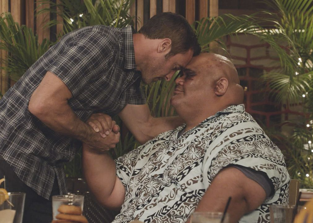 In einer spektakulären Befreiungsaktion kann McGarrett (Alex O'Loughlin, l.) seinen Freund und Informanten Kamekona (Taylor Wily, r.) aus den Fängen... - Bildquelle: 2017 CBS Broadcasting, Inc. All Rights Reserved