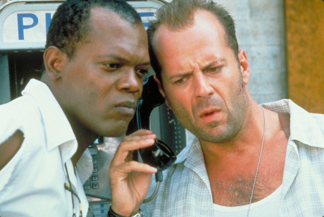 Zusammen mit seinem Gefährten Zeus (Samuel L. Jackson, l.) nimmt McClane (Bruce Willis, r.) die Jagd auf den Terroristen Simon auf. Doch dieser ist... - Bildquelle: Buena Vista Home Entertainment © 1995 Cinergi Pictures Entertainment Inc. Cinergi Productions N.V. Inc. and Twentieth Century Fox Film Corporation