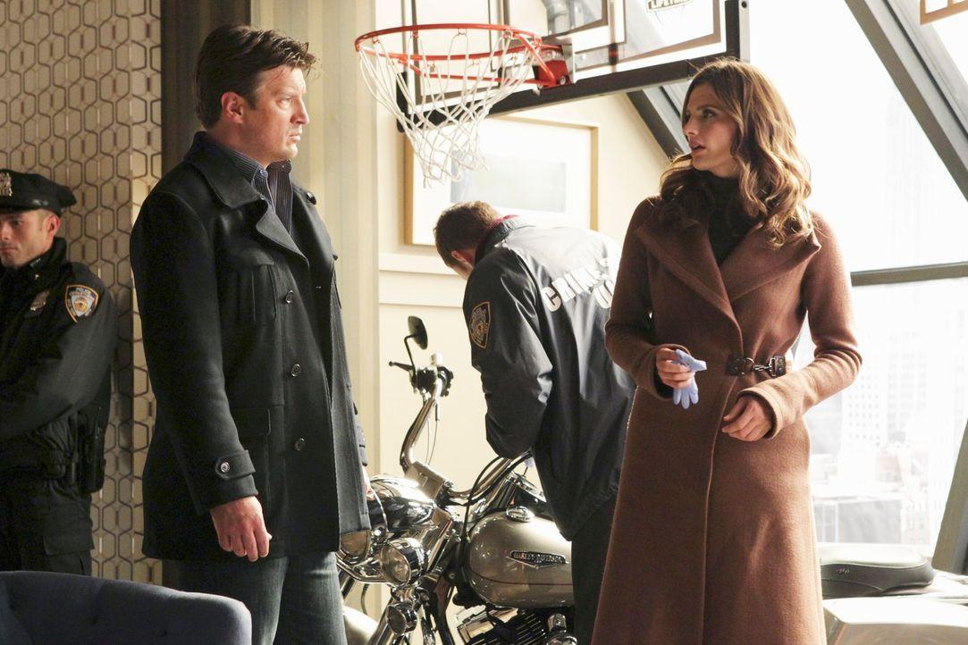 Richard Castle (Nathan Fillion, 2.v.l.) und Kate Beckett (Stana Katic, r.) haben es mit einem äußerst komplizierten Fall zu tun. - Bildquelle: ABC Studios