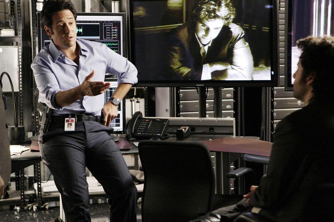 Als bei einem Überfall auf die Lieferung eines Union Parcel-Lieferwagens ein FBI-Agent erschossen wird, nehmen sich Don (Rob Morrow, l.) und Charli... - Bildquelle: Paramount Network Television