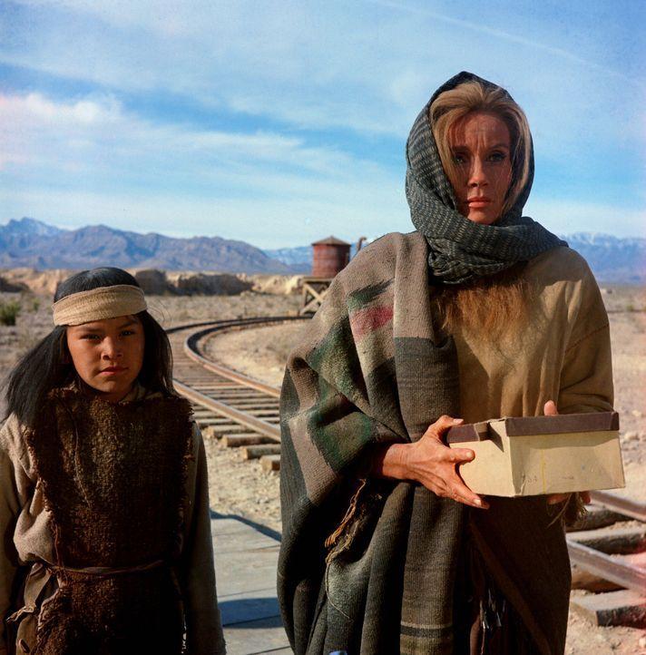 Sarah (Eva Marie Saint, r.) und ihr Halbblut-Sohn (Noland Clay, l.) werden von Regierungstruppen verfolgt.